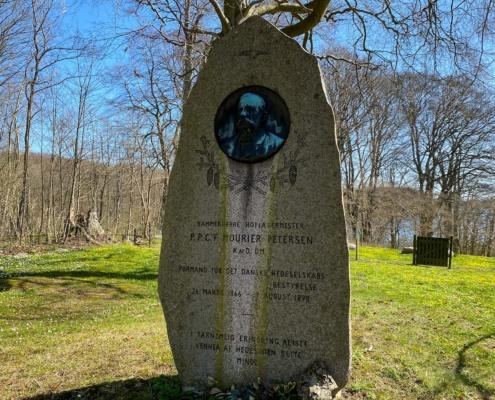 Mindesten for Ferdinand Mourier-Petersen ved Rugård slot.